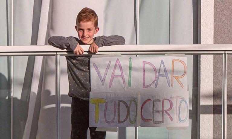 Condomínio incentiva crianças a pintarem cartazes de esperança