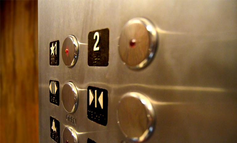 Regras de uso do elevador do condomínio