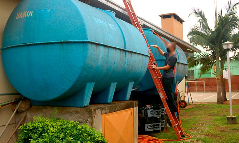 Obras de limpeza de prédios aproveitam a água da chuva